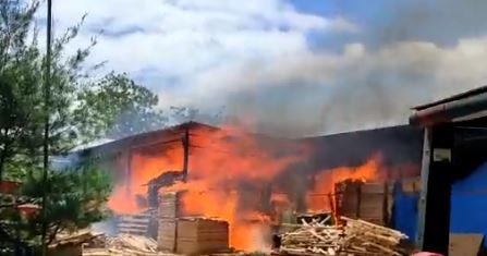 Terjadi Kebakaran Pabrik Triplex di Daerah Pajangan, Bantul Selasa 05 Oktober 2021